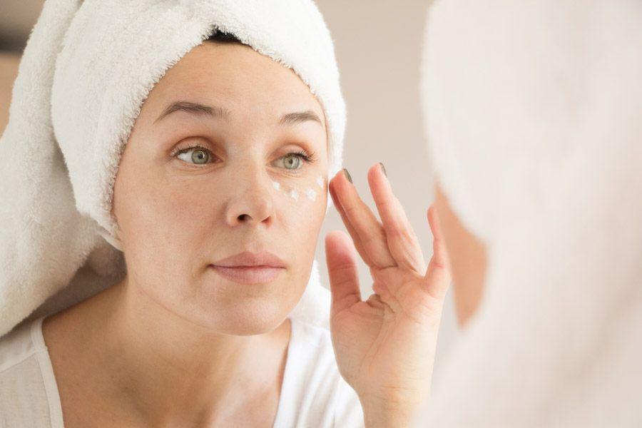 Как убрать морщины вокруг глаз с помощью крема?