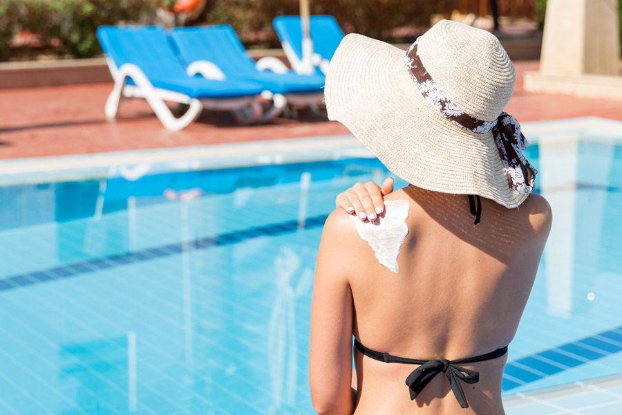 Девушка использует крем ANTHELIOS чтобы не обгореть на солнце